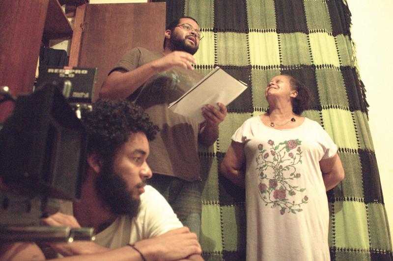 Set de Ela volta na quinta (2014). André Novais ao lado da atriz Maria José Novais Oliveira e do diretor de fotografia, Gabriel Martins.
